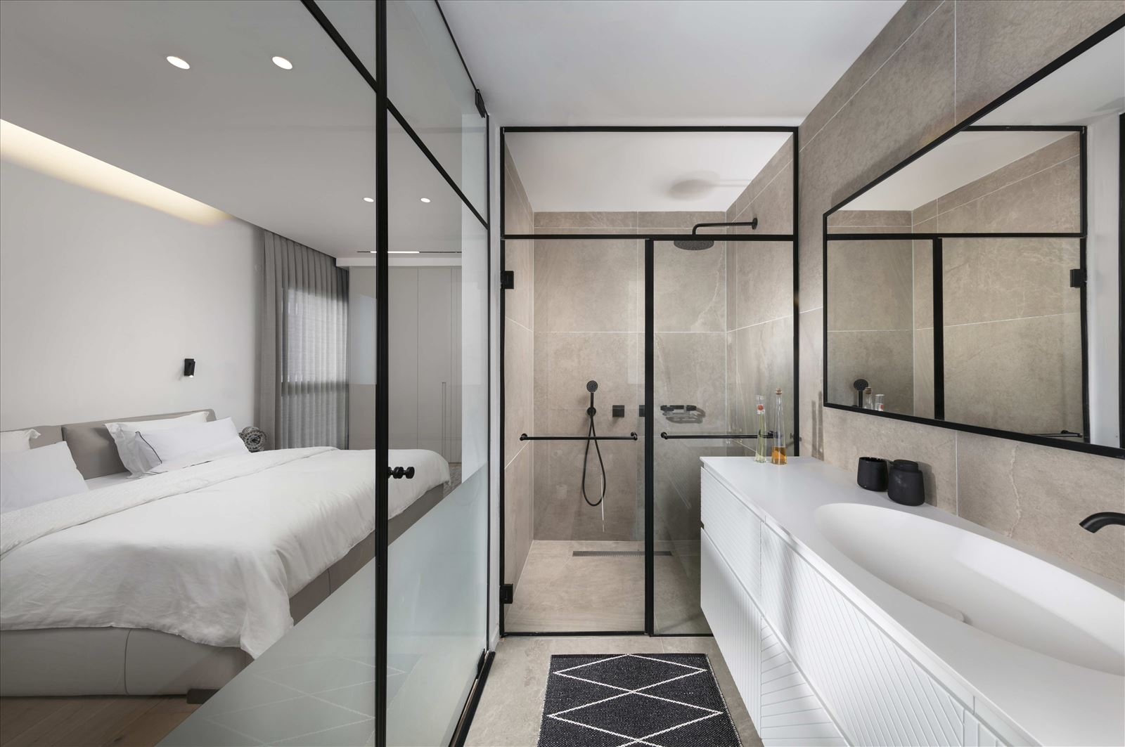 Private home - Herzliya תאורה במקלחון של החדר על ידי קמחי תאורה