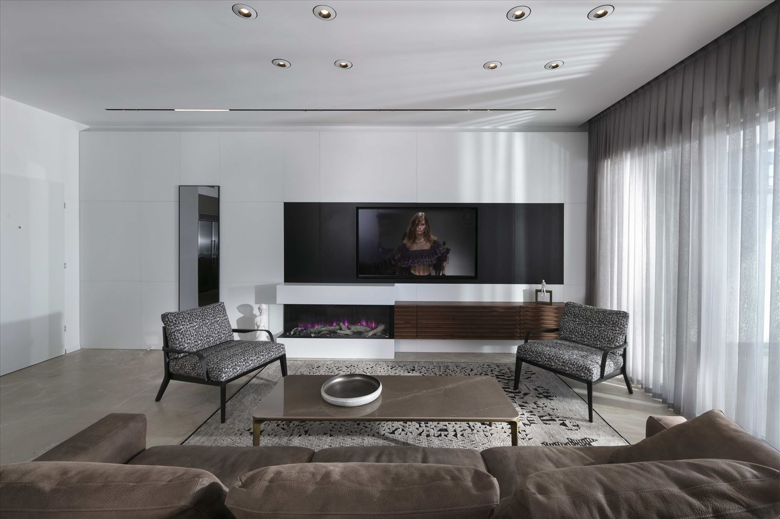 Private home - Herzliya תאורת הסלון בבית על ידי דורי קמחי