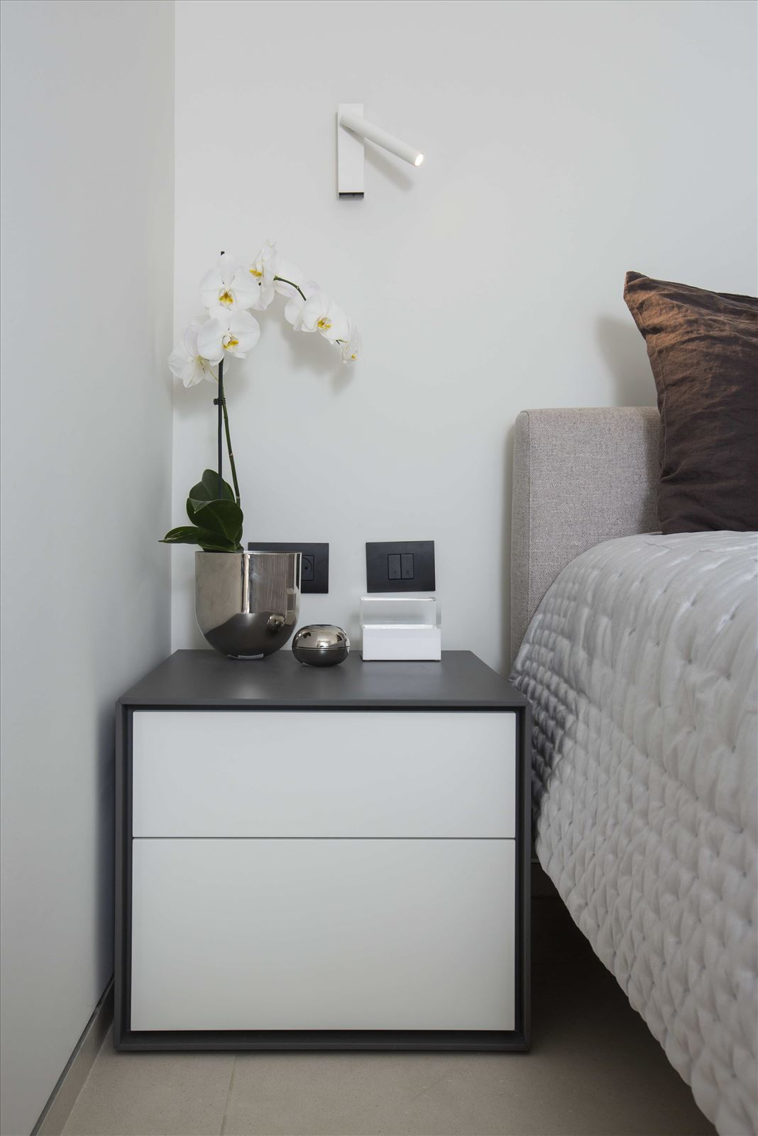 Tel Aviv apartment in Parisian aroma תאורה בחדר נעשתה על ידי דורי קמחי