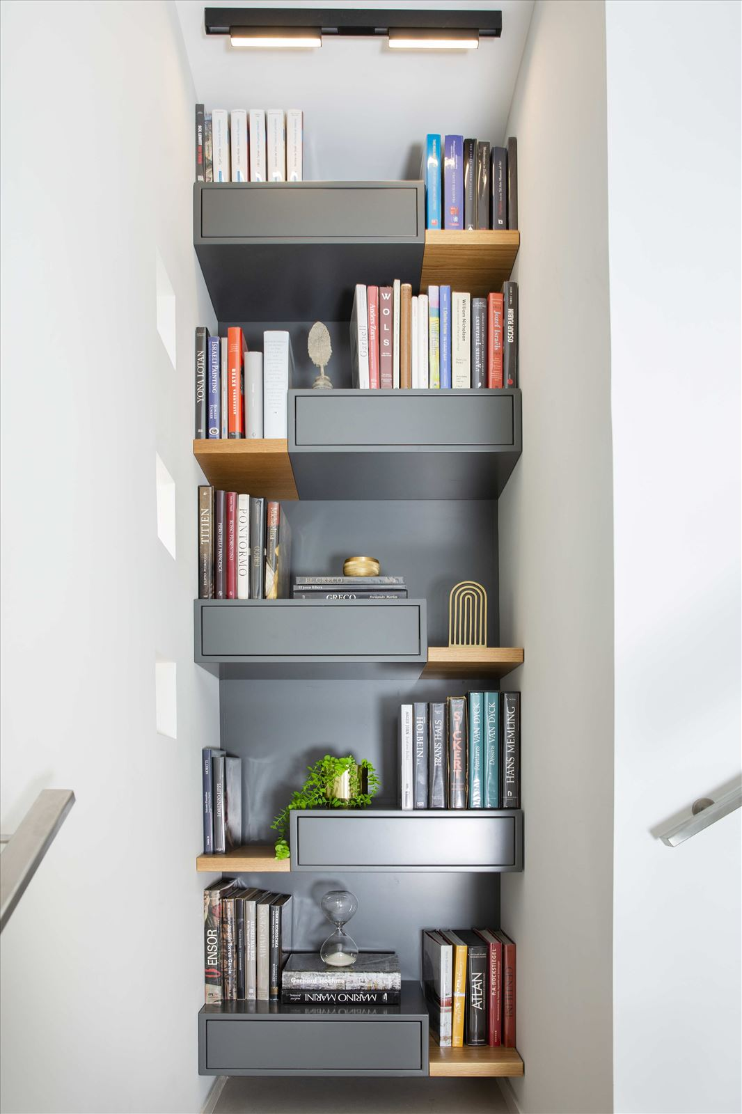 Tel Aviv apartment in Parisian aroma תאורה בפינת הספרים על ידי דורי קמחי