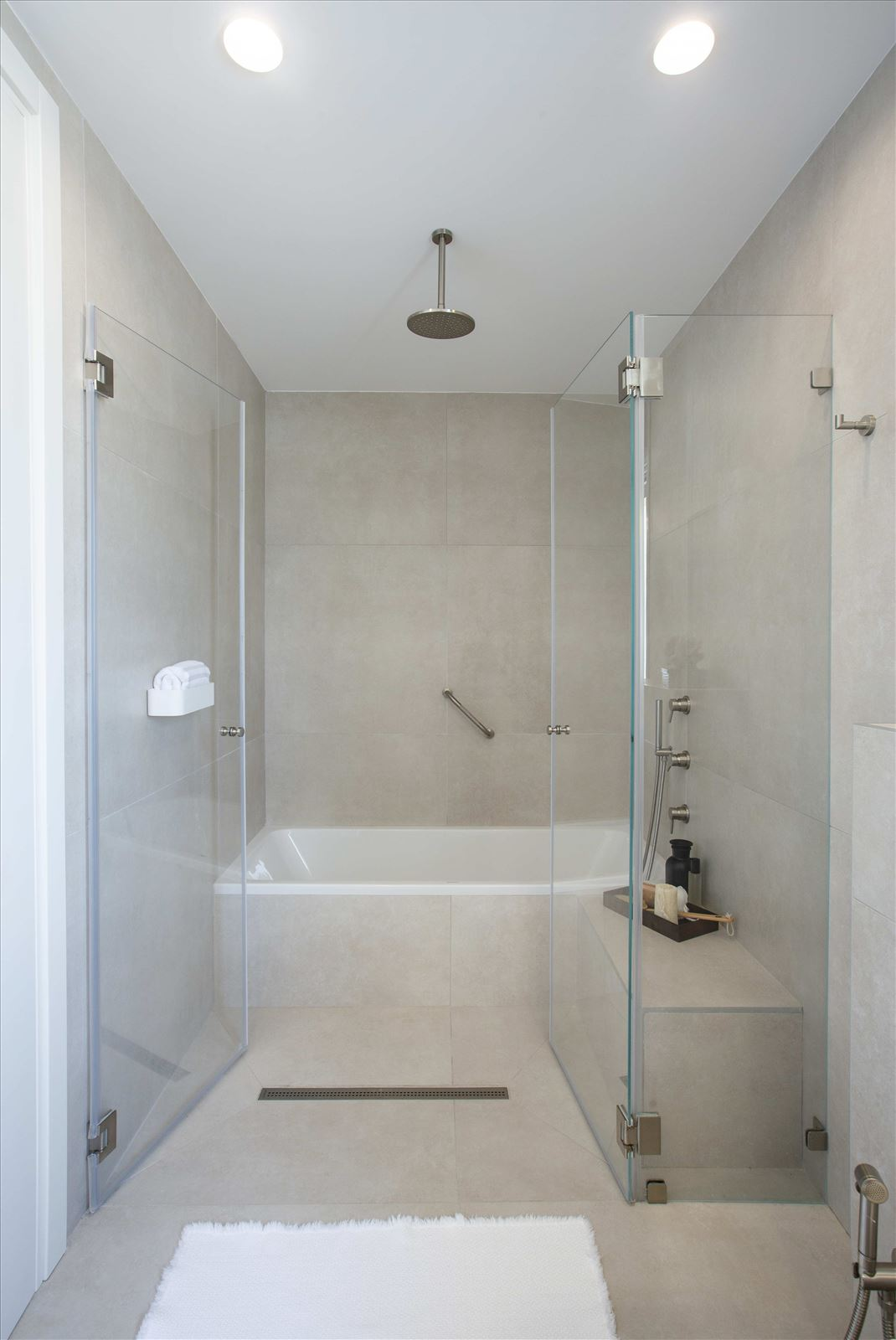 Tel Aviv apartment in Parisian aroma תאורת אמבטיה מבית דורי קמחי
