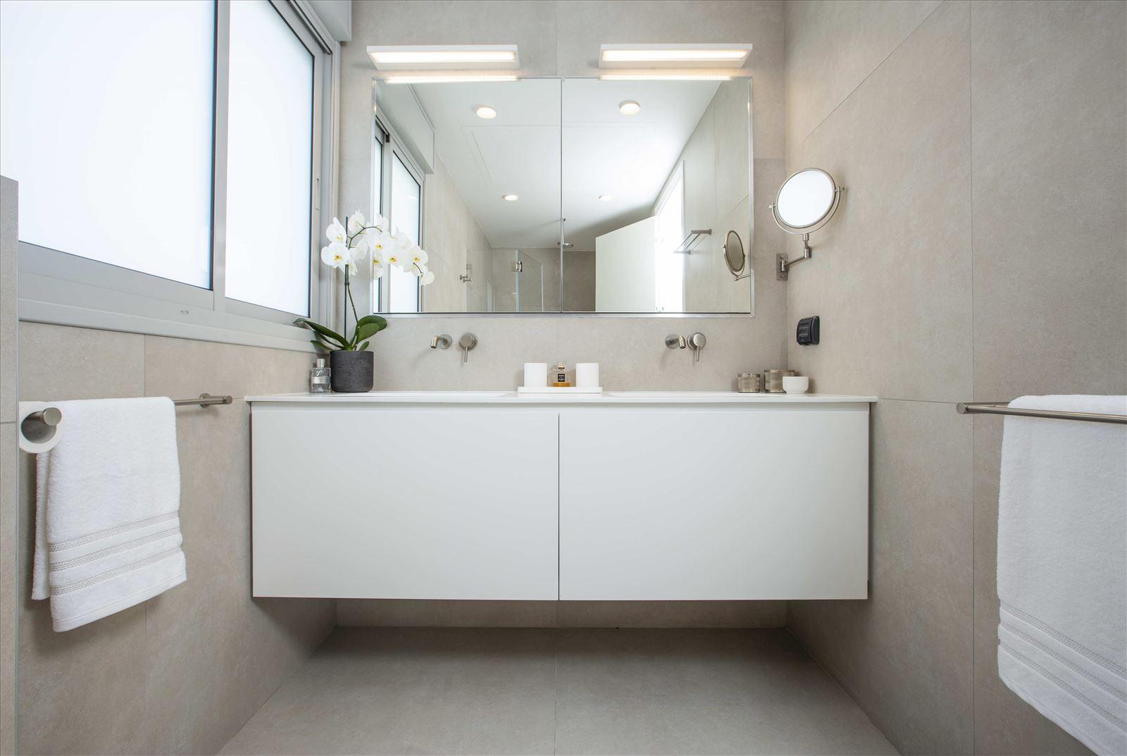 Tel Aviv apartment in Parisian aroma תאורה במקלחת מבית דורי קמחי