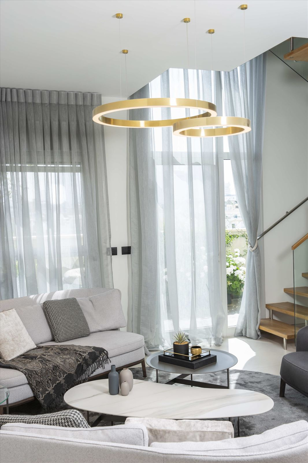 Tel Aviv apartment in Parisian aroma תאורת תקרה בסלון מבית דורי קמחי