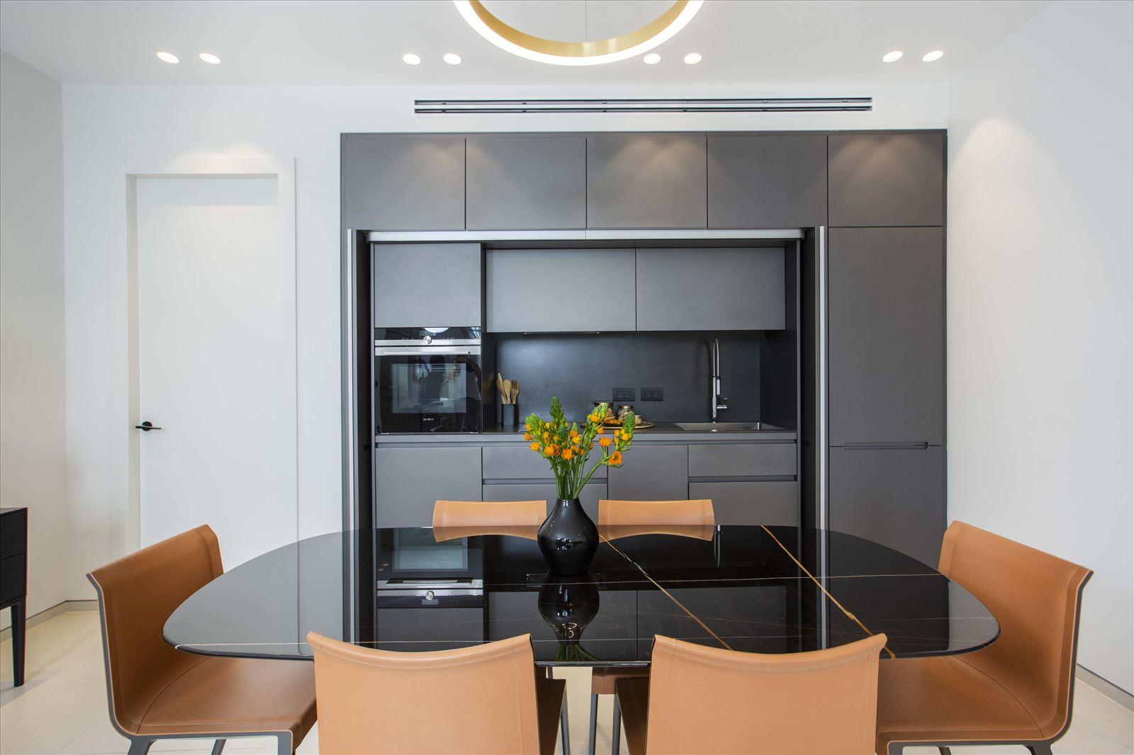 Tel Aviv apartment in Parisian aroma התאורה במטבח נעשתה על ידי קמחי תאורה