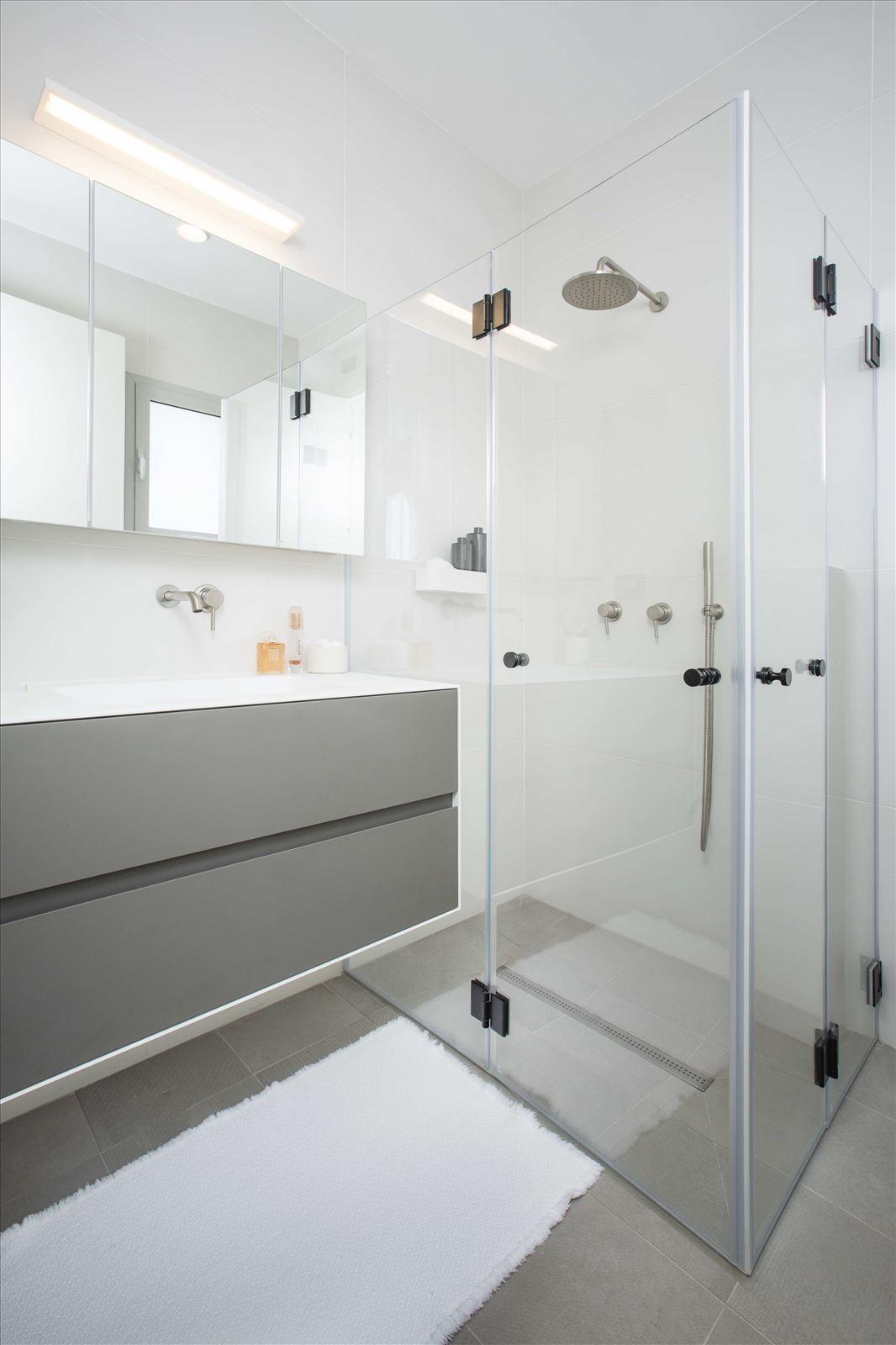 Tel Aviv apartment in Parisian aroma תאורה במקלחת על ידי דורי קמחי