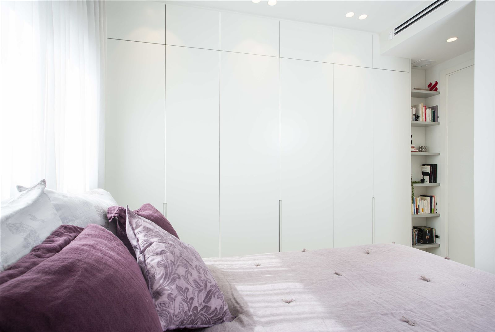Tel Aviv apartment in Parisian aroma תאורה בחדר שינה על ידי קמחי תאורה