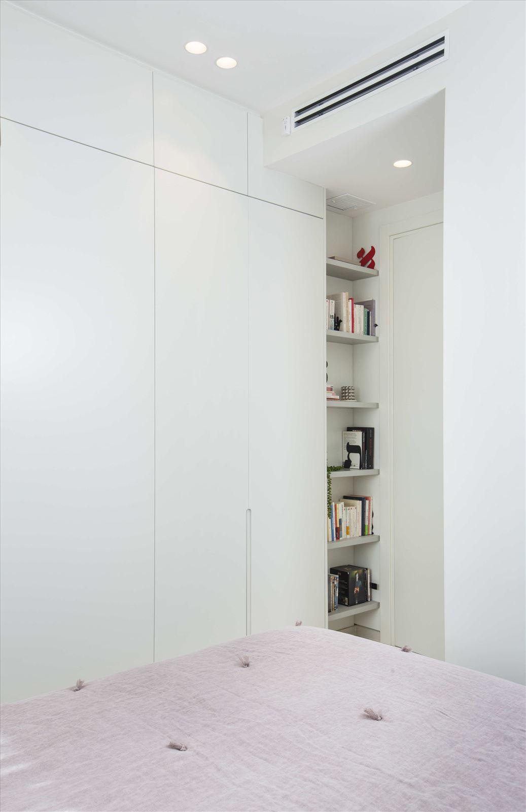 Tel Aviv apartment in Parisian aroma תאורת תקרה בחדר על ידי דורי קמחי