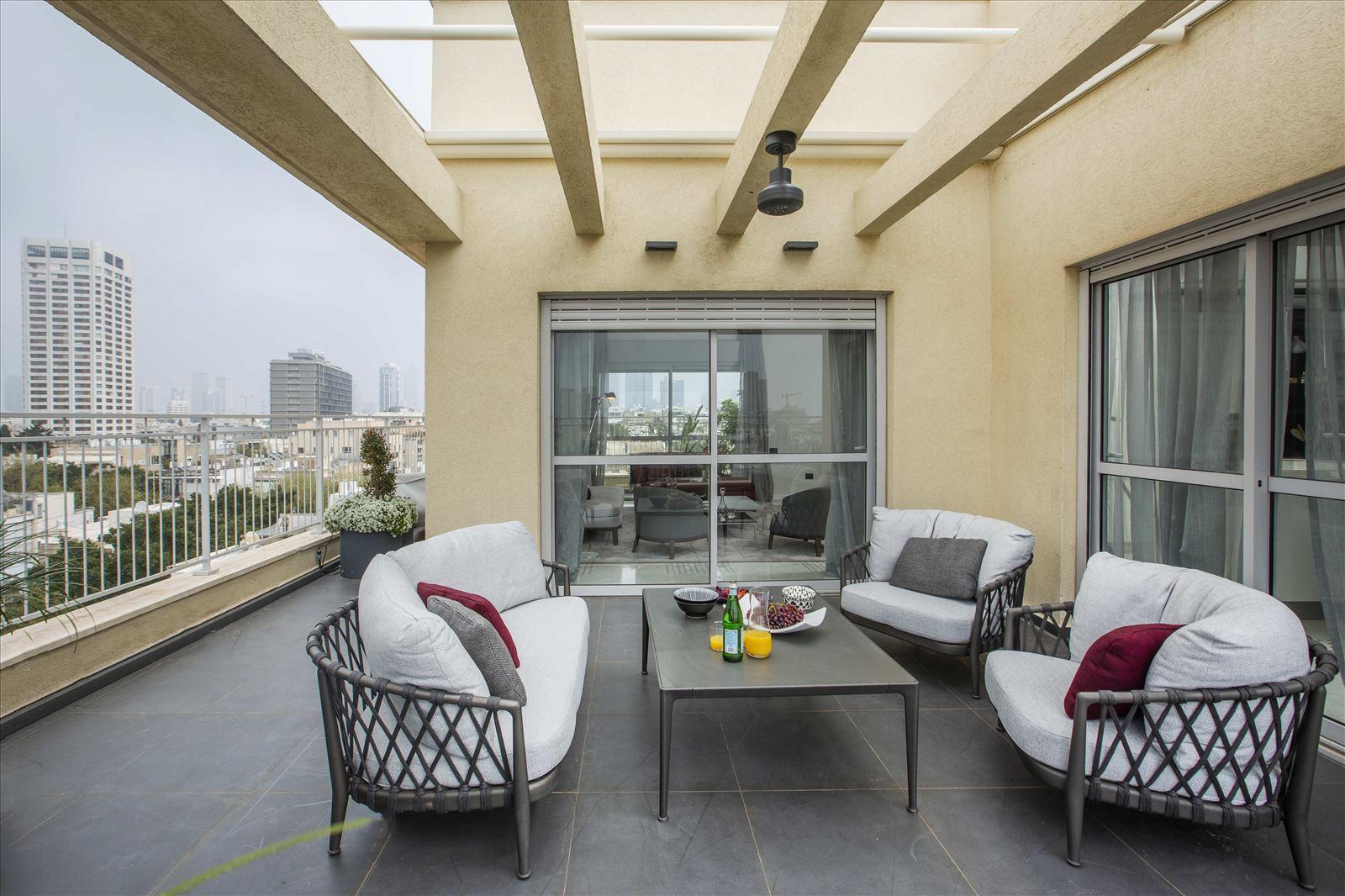 Tel Aviv apartment in Parisian aroma תאורת חוץ במרפסת על ידי קמחי תאורה