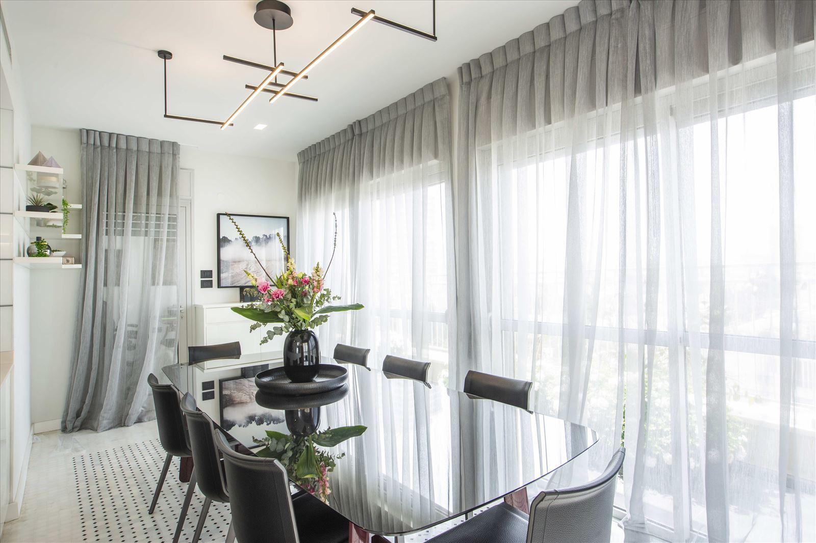 Tel Aviv apartment in Parisian aroma גופי תאורה בפינת האוכל על ידי קמחי תאורה