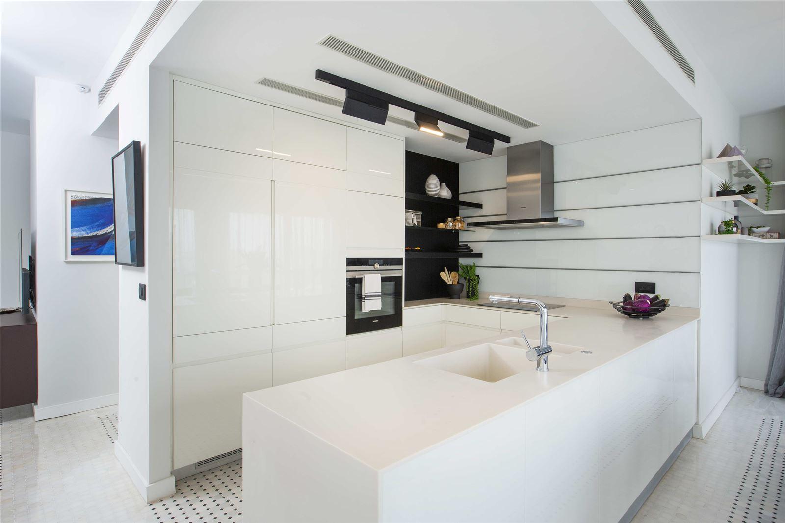 Tel Aviv apartment in Parisian aroma גופי תאורה במטבח על ידי קמחי תאורה