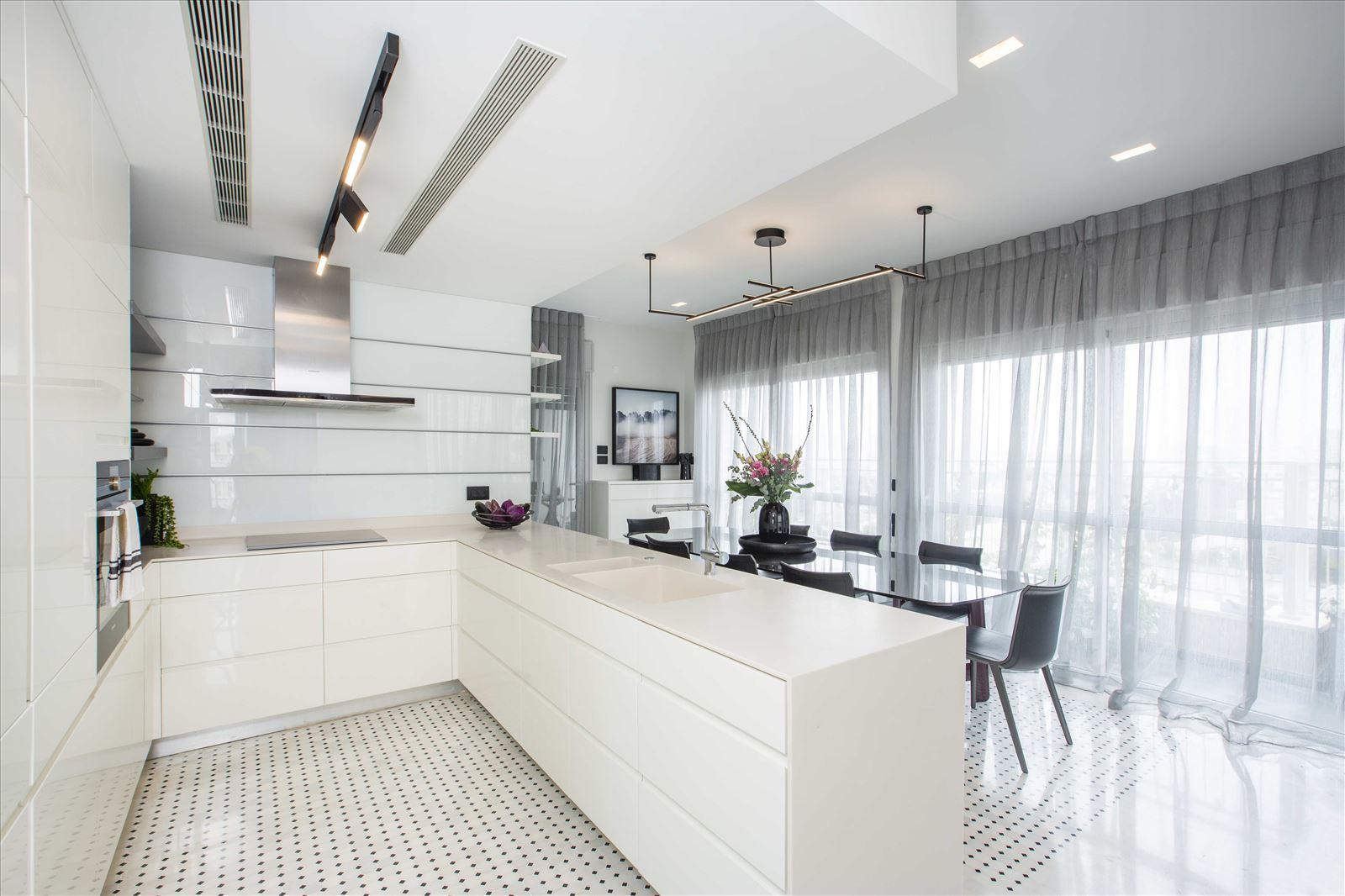 Tel Aviv apartment in Parisian aroma כל התאורה במטבח נעשתה על ידי דורי קמחי