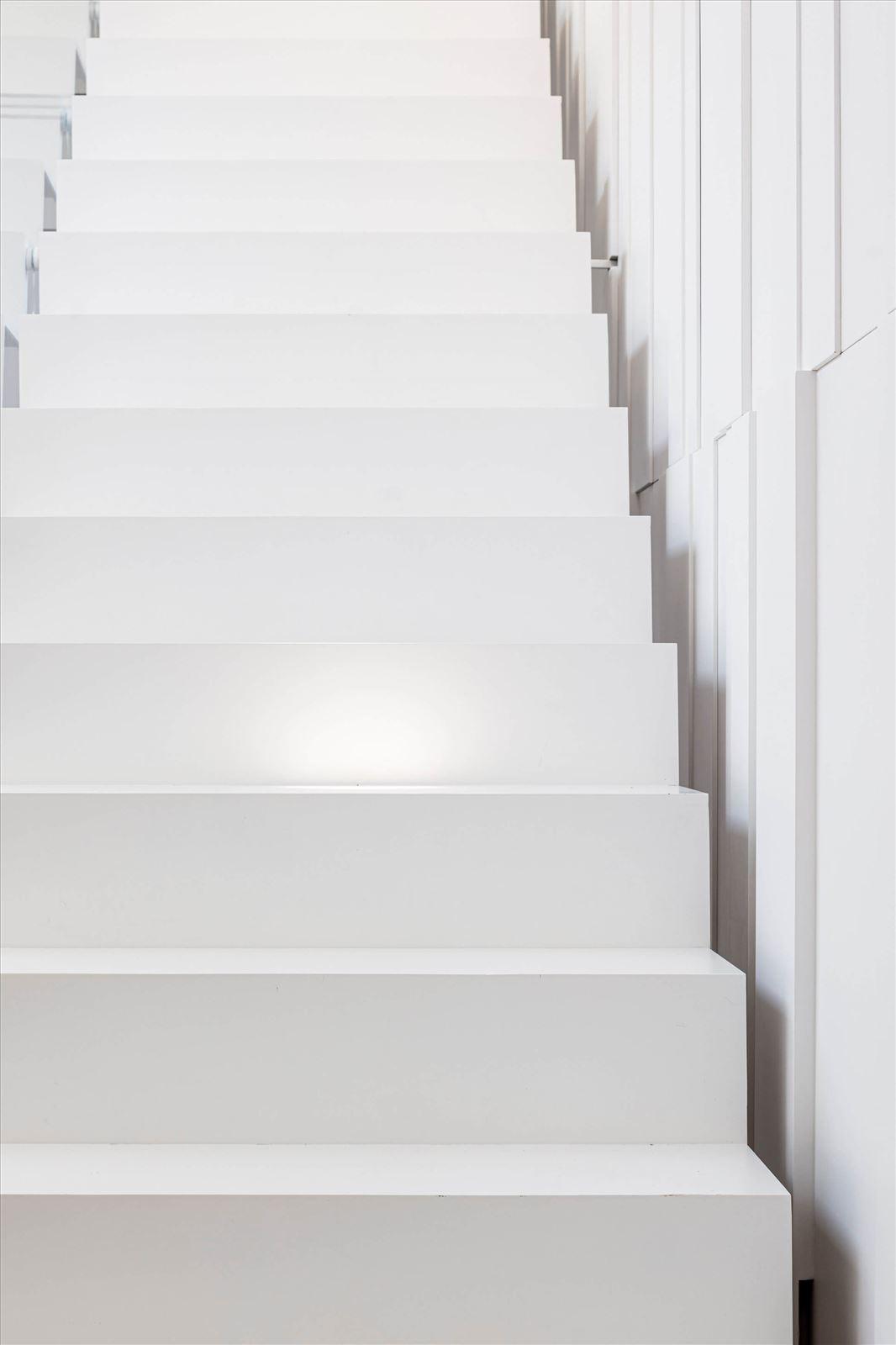 תאורה במדרגות בפנטהאוז