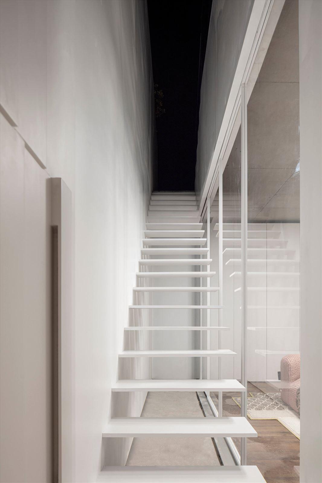 תאורה במדרגות הפנטהאוז