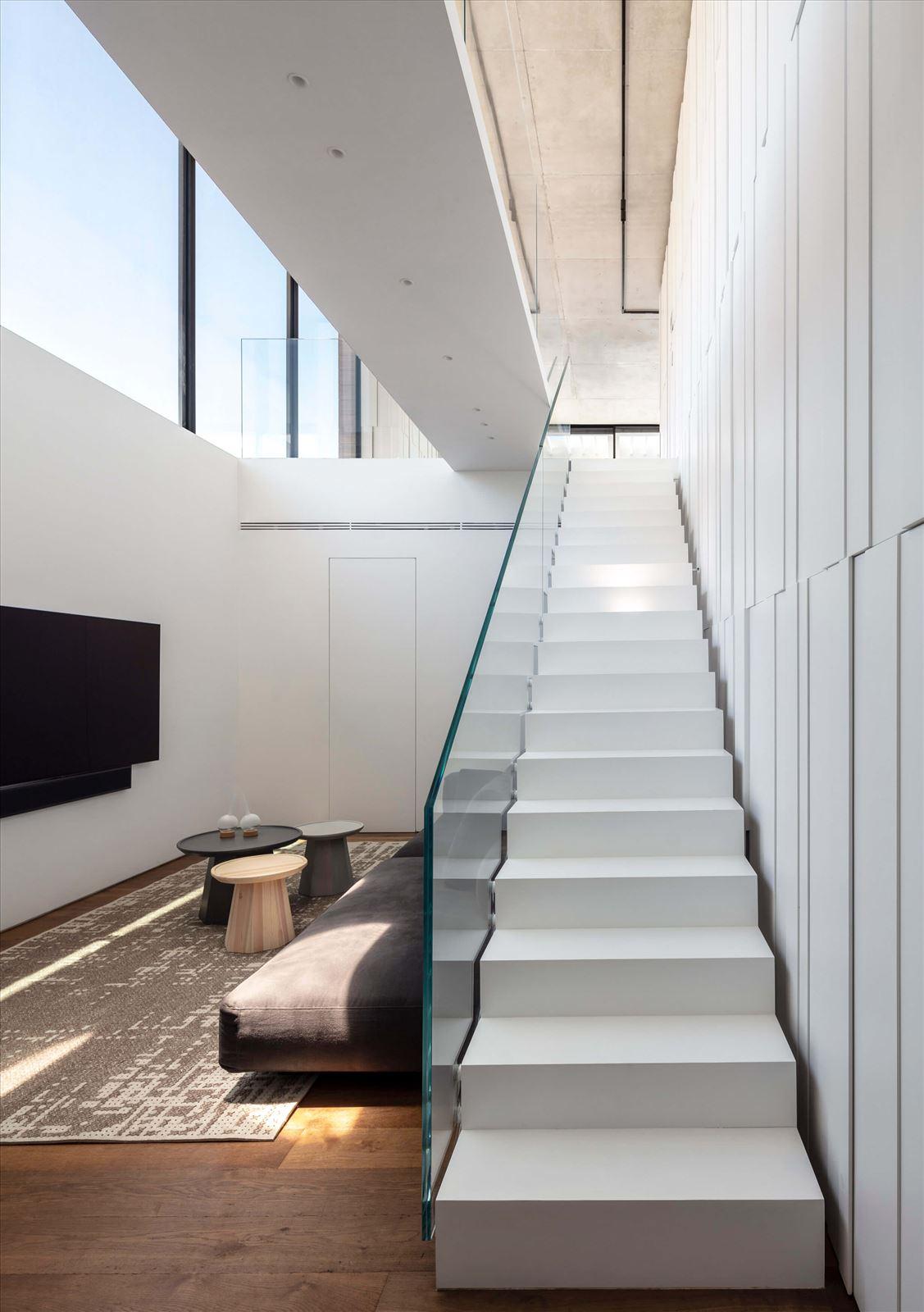 תאורת מדרגות בפנטהאוז מבית קמחי תאורה
