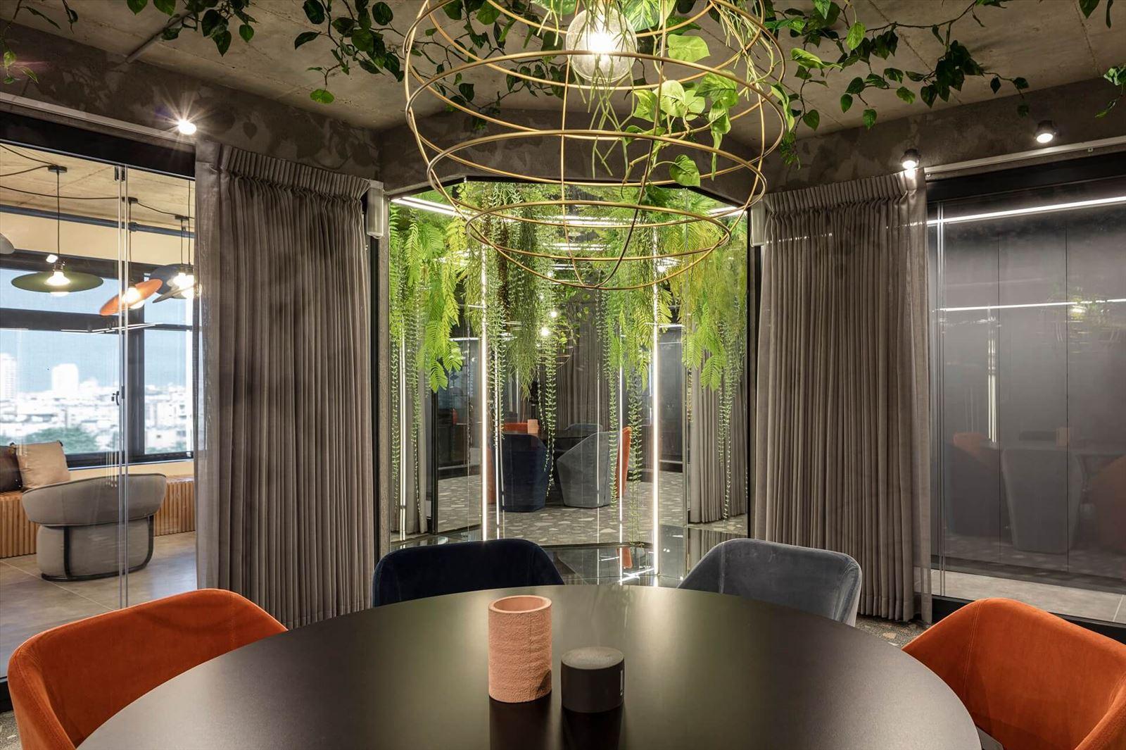 תאורה מעל שולחן עגול מבית קמחי תאורה