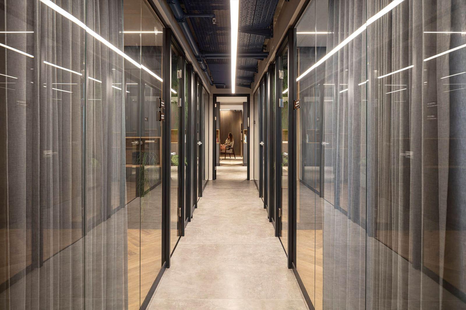 תאורת תקרה במסדרון המשרדים מבית קמחי תאורה